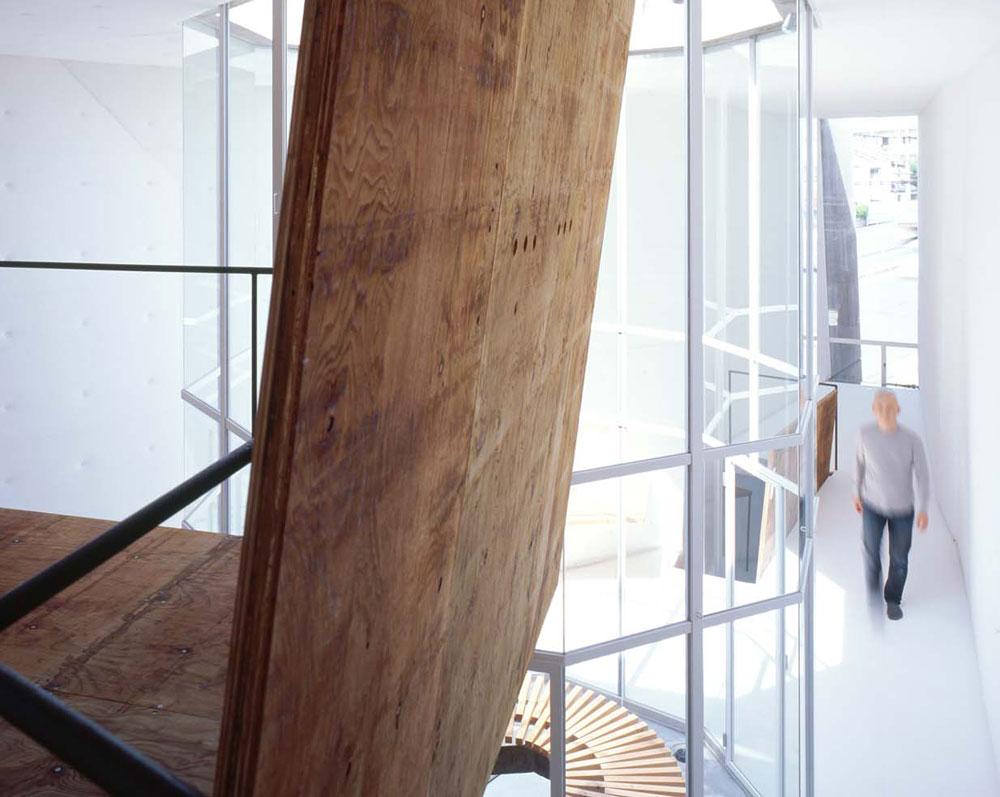 לוחות עץ ששימשו כתבניות ליציקת הבטון הוצבו, עם גמר השימוש, כקירות בפני עצמם או כחומר גלם לריהוט הבית (צילום: SUGA ATELIER)