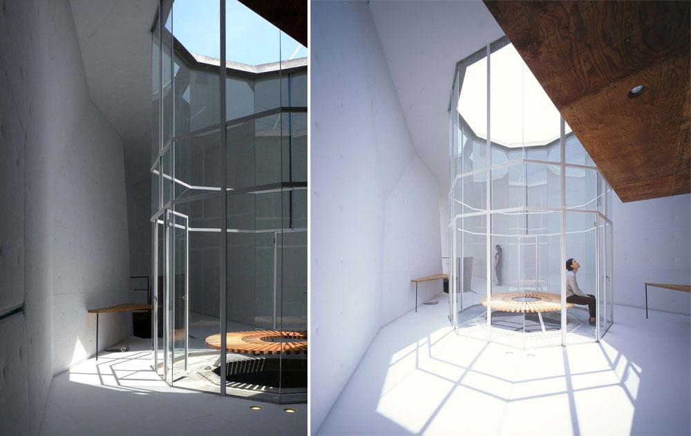 כך חודר האור דרך הפתח העליון, עובר דרך שלוש הקומות ומהווה את החוליה המקשרת ביניהן (צילום: SUGA ATELIER)