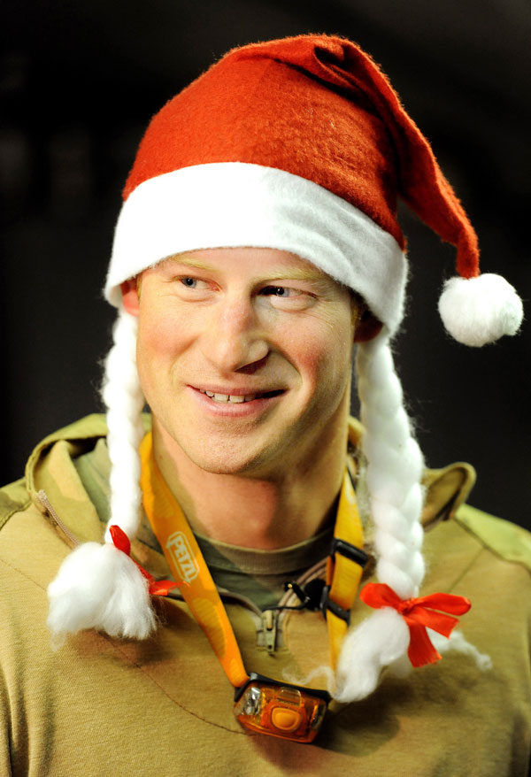 יהיה מעניין לקרוא את הספר. הנסיך הארי מחופש לסנטה קלאוס בחג המולד האחרון (צילום: gettyimages)