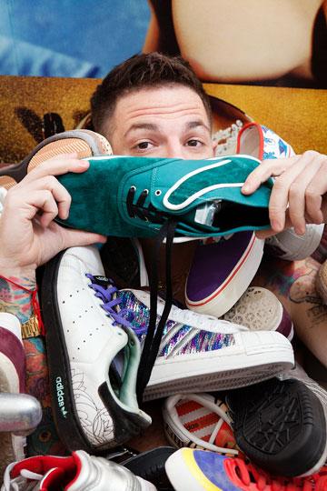 נדב חרוסט. ''כולם היו בניי ואני אוהב את כל זוגות הנעליים שלי באותה המידה'' (צילום: ענבל מרמרי)