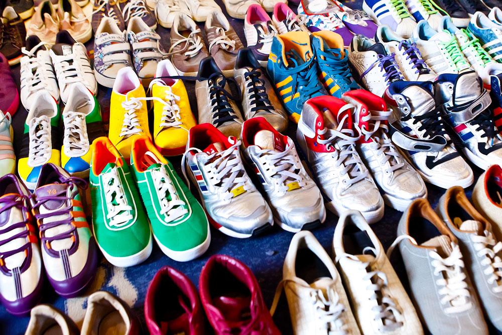 האוסף: קרוב ל-300 זוגות נעליים של חברות האופנה והספורט אדידס, נייקי, ריבוק, ואנס ופוינטר (צילום: ענבל מרמרי)