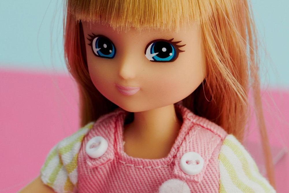 מלבד ראש ועיניים גדולים יחסית, לוטי נראית כמו ילדה אמיתית בת תשע