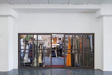 מעצבת התלבושות מיכל מוטיל בסטודיו שלה (צילום: אביעד בר נס)