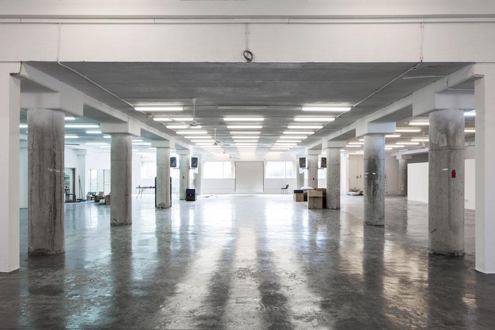 החלל המשופץ של ההאנגר, ששייך ל''קסטרו'' (שהבניין שלה צמוד להאנגר) והיא תרמה אותו למיזם למשך שנתיים, עם אופציה להארכה. מסביבו נמצאים הסטודיות (צילום: אביעד בר נס)
