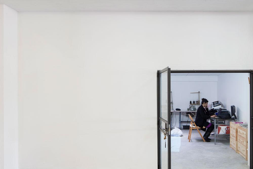 מעצבת האופנה שרית לולאי (נוקי'לה לבגדי ילדים) בסטודיו שלה. ''לנצל הזדמנות של תרומה לקהילה והיכרות עם מעצבים אחרים'' (צילום: אביעד בר נס)
