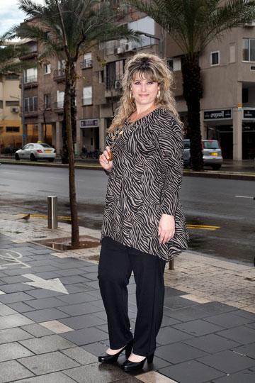 עירית קפלן בבגדים מהחנות תשורית. מכנסי סיגר מוצלחים (צילום: ענבל מרמרי)