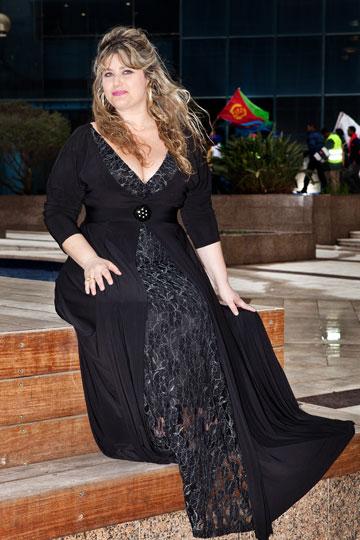 שמלה לאירועים ממש מיוחדים. עירית קפלן בבורדו (צילום: ענבל מרמרי)