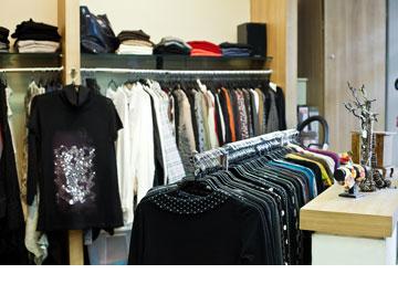 תשורית. ''אפשר למצוא שם הכול, גם בגדים וגם תכשיטים משלימים'' (צילום: ענבל מרמרי)