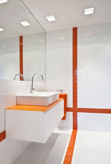 כל חדרי הרחצה לבנים, ופסים מבריקים בצבעים שונים מבדילים ביניהם (צילום: עודד סמדר)
