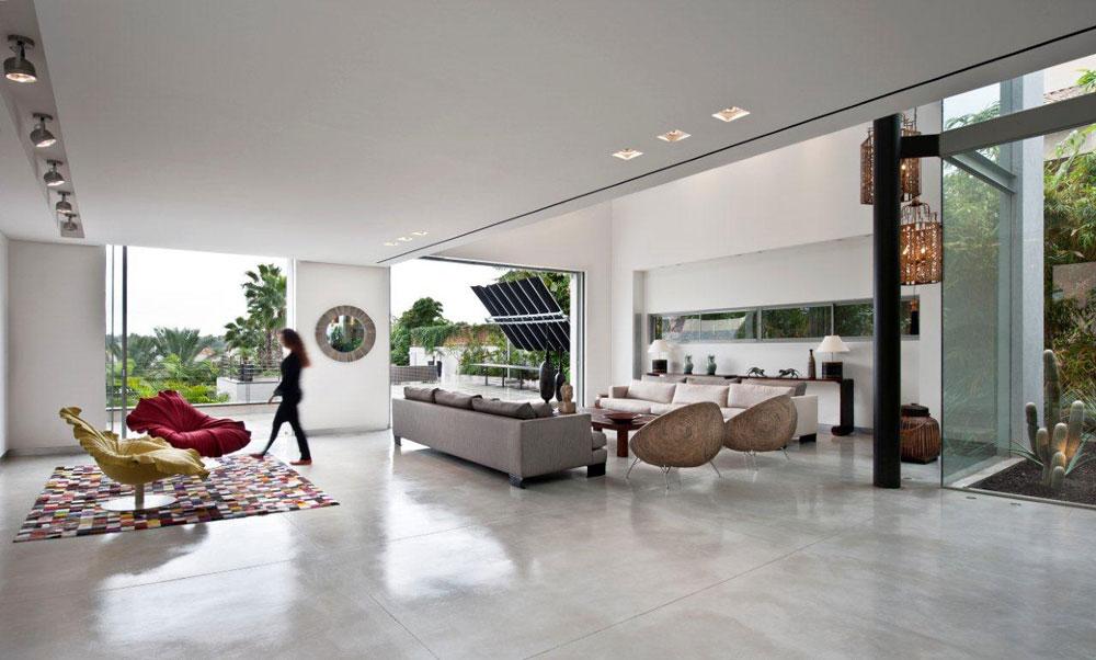 הרצפה עשויה בטון מוחלק, והצבעים השולטים הם טבעיים. חלק מהרהיטים הם בסגנון אסייאתי, כמו שתי הכורסאות העגולות מעשב ים בסלון ושתי כורסאות ''בלום'' צבעוניות בעיצובו של קנת קובנופו הפיליפיני (''סיאם'') (צילום: עודד סמדר)