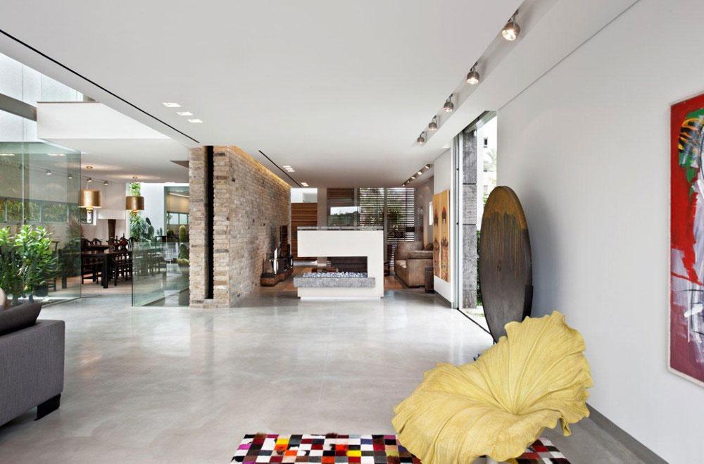 מבט מכיוון הסלון לפינת הטלוויזיה. במרחב פזורים פריטי אמנות שאספו בני הבית במשך השנים (צילום: עודד סמדר)