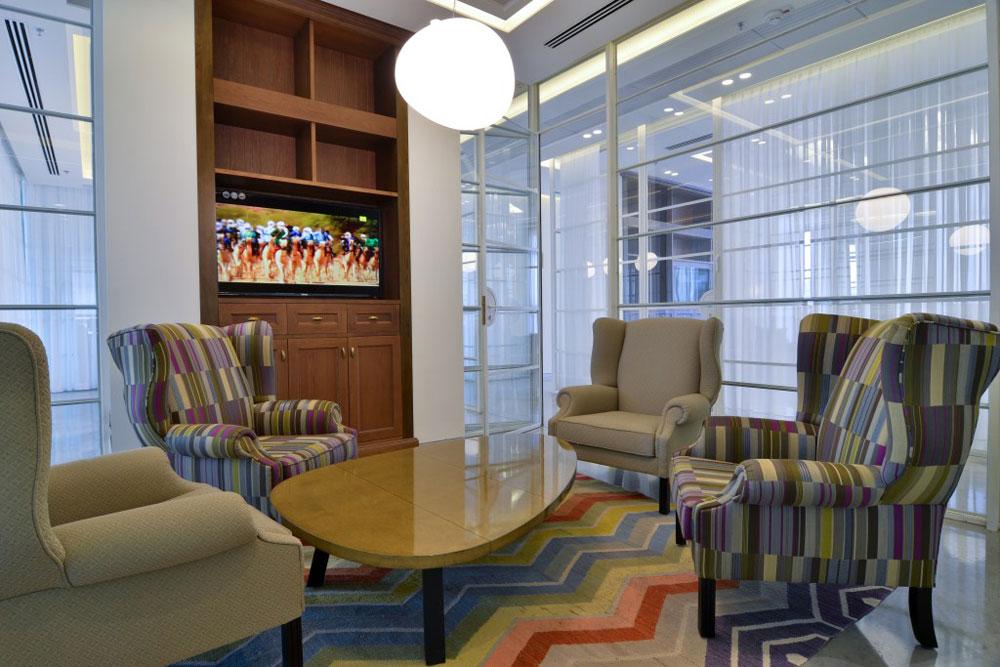 את כל הרהיטים ייצר בית העיצוב הוותיק ''קסטיאל'', והם משלבים חום וקור, צבעוניות עזה ומונוכרומטיות, צורות מסורתיות וטקסטיל עדכני (צילום: שי בן אפרים)