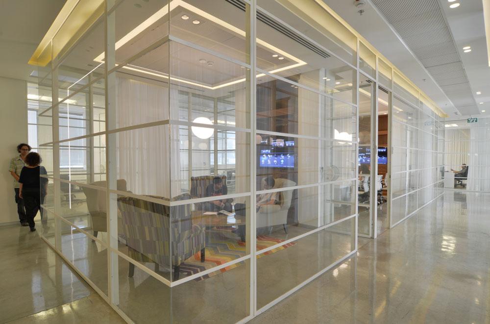 במשרדים המרווחים - 650 מ''ר - עשרה עובדים בלבד. במרכז שני חדרי ישיבות, וסביב חדרים אישיים. ארבעת המנכ''לים קיבלו כל אחד חדר בן 40 מ''ר, עם מרפסת צמודה (צילום: שי בן אפרים)
