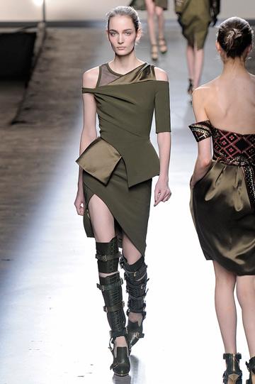 תצוגת האופנה של פראבל גורונג. מראה של לוחמות אורבניות (צילום: gettyimages)
