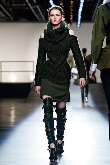 המגפיים האקסצנטריים. תצוגת האופנה של פראבל גורונג (צילום: gettyimages)