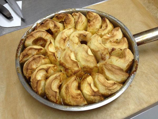 התפוחים לאחר האפייה הראשונית (צילום: מרב סריג)