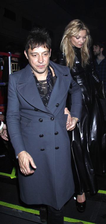 קייט מוס בבגד גוף צמוד מעור מבריק בעיצובה של פאם הוג (צילום: rexnews/ asap creative)