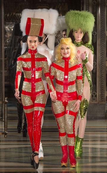 פאם הוג בסיום תצוגת האופנה שלה בלונדון (צילום: gettyimages)