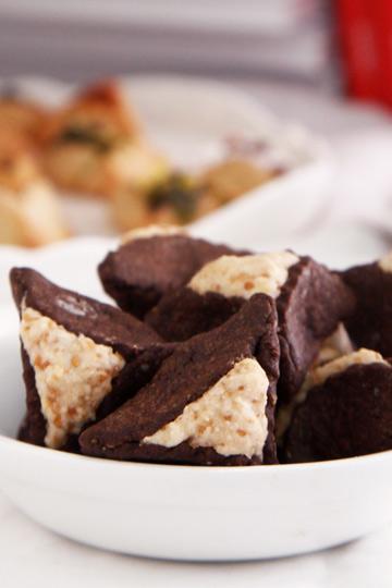 אוזני המן מבצק קקאו במילוי שוקולד לבן (צילום: אפיק גבאי)