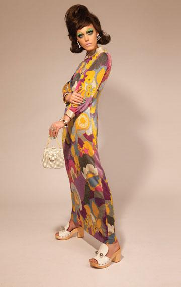 שמלה ועגילים: לוני וינטג'; שרשרת וטבעת: ניבה בית בוטיק; צמיד: Accessorize London; תיק: מוסקינו (אוסף פרטי); כפכפים: מארק ג'ייקובס לפקטורי 54  (צילום: גולי כהן)