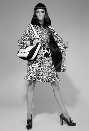 בלייזר: ZARA; חולצה: דרק לם לאניגמה; חצאית: ZARA; עגילים: Accessorize London; תיק: אלדו; טבעות: קרן וולף; נעליים: מארק ג'ייקובס לפקטורי 54 (צילום: גולי כהן)