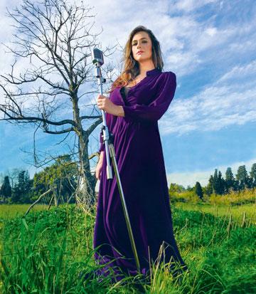 """""""חשבתי על מקום כפרי, ושם להכניס את המוזיקה של קרן בדמות המיקרופון המיושן"""". צלם האינסגרם עידו ברטל על ההשראה לתמונה (צילום: עידו ברטל)"""