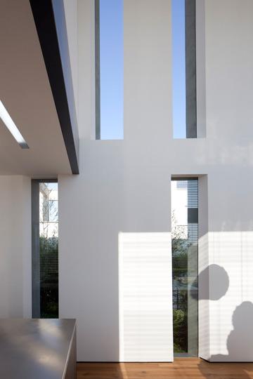 מסגרת החלונות בולטת החוצה וחתוכה באלכסון, כדי להצל על הבית (צילום: עמית גרון)