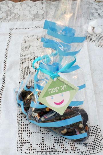 בצ'יק צ'ק: אריזת צלופן מעוטרת במדבקות (צילום: דליה ברנובר )