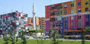 המודל האלבני. בתים צבעוניים בטיראנה (צילום: Albinfo, cc)