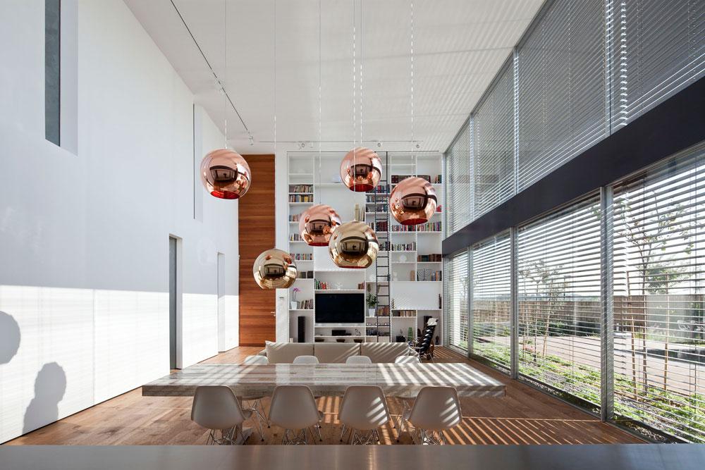 שולחן אוכל שעשוי ארגזים ממוחזרים (''הביטאט'') וסביבו הכסאות הקלאסיים שעיצבו בני הזוג אימס באמצע המאה שעברה (צילום: עמית גרון)