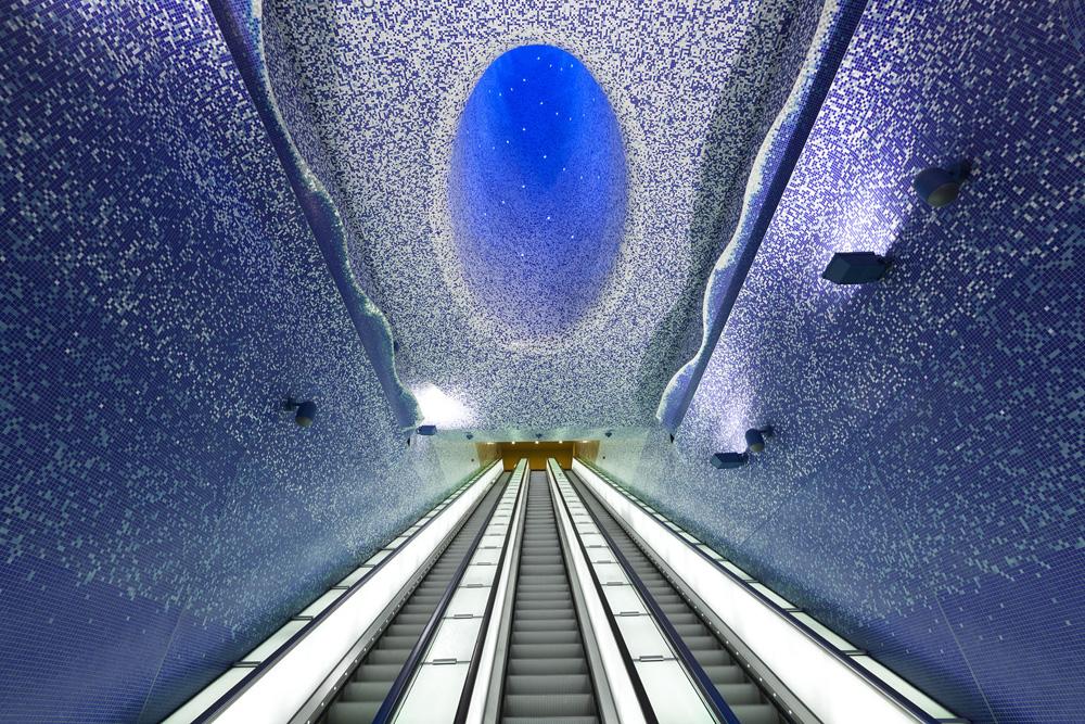 לצלול למעמקי האוקייאנוס בבטן האדמה: תחנת טולדו בנאפולי. תכנון ועיצוב: אוסקר טוסקטס בלאנקה. פסיפס: ''ביזאצה'' (צילום: Andrea Resmini - HeziBank)