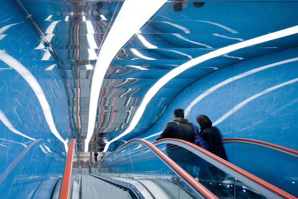 זו היא תחנת האוניברסיטה של נאפולי, חלק מאותו פרויקט. קארים ראשיד עיצב תחנה ססגונית ומשוחררת בקווים דינמיים ובגירויים חזותיים מכל עבר (צילום: Iwan Baan)
