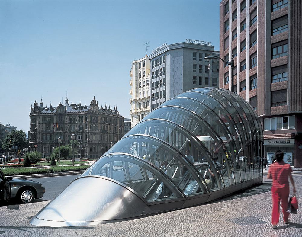 קשתות הפלדה מחופות הזכוכית בכניסה לרכבת התחתית של בילבאו זכו לשם Fosteritos, על שם האדריכל נורמן פוסטר שתיכנן את התחנות (צילום: Nigel Young_Foster and Partners)