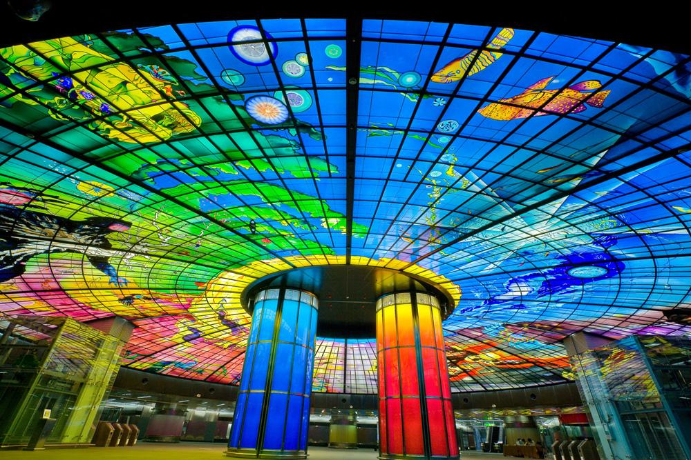 כיפת הזכוכית הענקית הזו שייכת לתחנת שדרות פורמוזה בקאוסינג, טאיוואן. זהו ''מיצג האמנות הציבורי מזכוכית הגדול ביותר בעולם'' (צילום: Courtesy of Narcissus Quagliata)