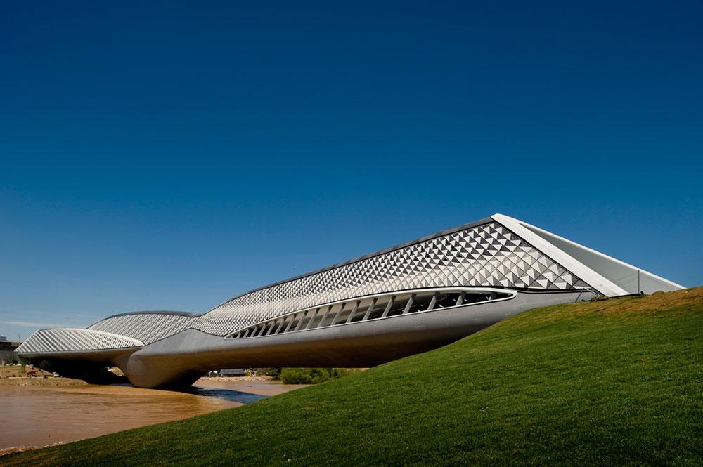 ענת שטרן, שעבדה על הפרויקט במשרדה של חדיד, השתתפה גם בהקמת מבנה-הגשר המורכב בסראגוסה לקראת האקספו שנערך שם. התכנון, היא מספרת, היה מורכב במיוחד (צילום: Fernando Guerra )