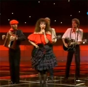 ירדנה ארזי, 1988. חצאיות צבעוניות ועתירות בד במראה צועני (באדיבות ארכיון להיטון/דוד פז)
