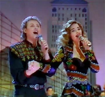 אורנה ומשה דץ, 1991. תלבושות ממפות בוכריות (באדיבות ארכיון להיטון/דוד פז)
