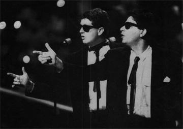 נתן דטנר ואבי קושניר, 1987. בהשראת ''האחים בלוז'' (באדיבות ארכיון להיטון/דוד פז)