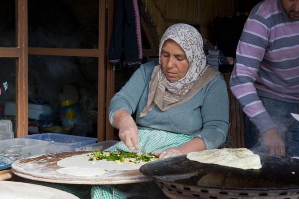 לא צריך תנור (וגם לא טאבון, אל תדאגו). אישה מכינה גוזלמה בטורקיה (צילום: William Neuheisel, CC)