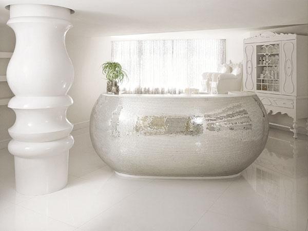 טבילה מלכותית באמבטיית הספא (צילום: Morgans Hotel Group)