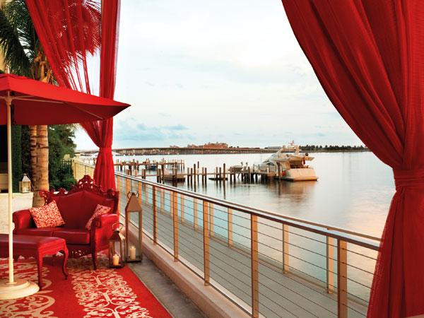מבט מהלובי האדום אל רצועת החוף  (צילום: Morgans Hotel Group)