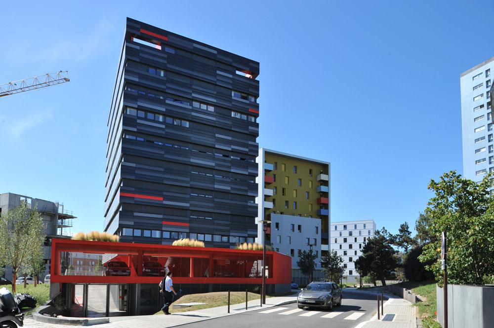 כדי למשוך אוכלוסייה צעירה ויצירתית לאזור, מעודדים הקמה של בניינים עם דירות להשכרה. ''הפנינה השחורה'', בצילום, זכה למימון אירופי בזכות צריכת החשמל הנמוכה שלו (צילום: Jean Dominique Billaud)