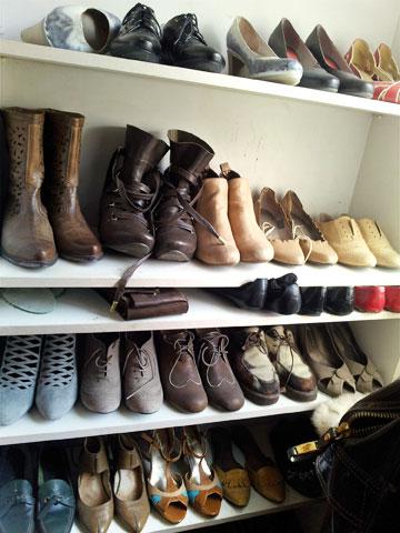 סידור מדפים לפי גובה הנעליים יחסוך מקום רב (צילום: קארין ארד)