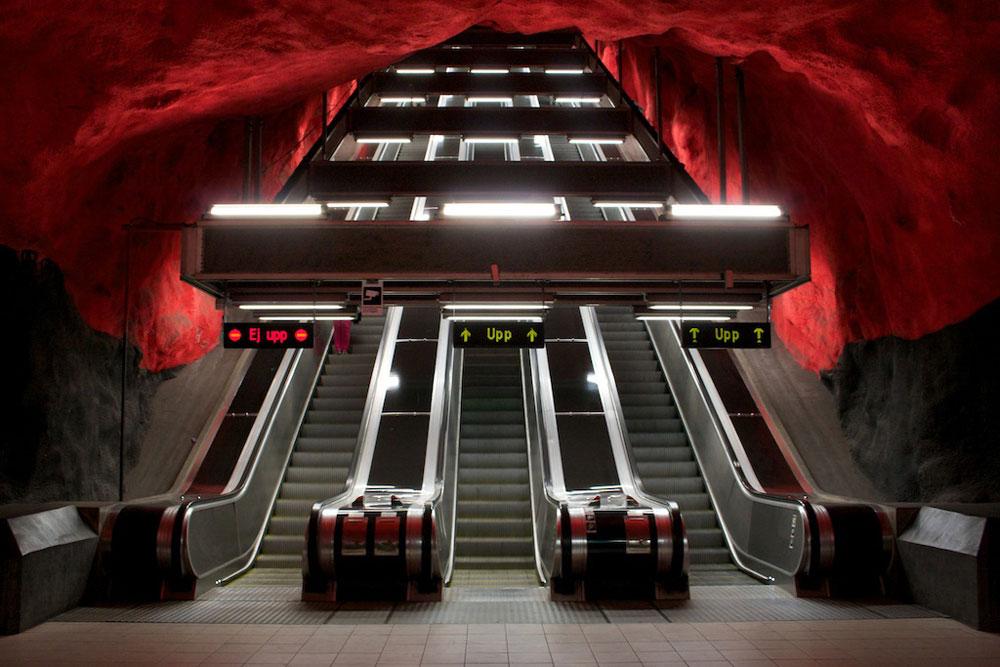 התחנה המרכזית של סולנה, סמוך לשטוקהולם, נראית כמו התפרצות געשית קפואה בצבעי אדום וירוק. קירות חלקים אין כאן - אלא קימורים, בליטות ושקערוריות (צילום: Marco Hamersma cc)