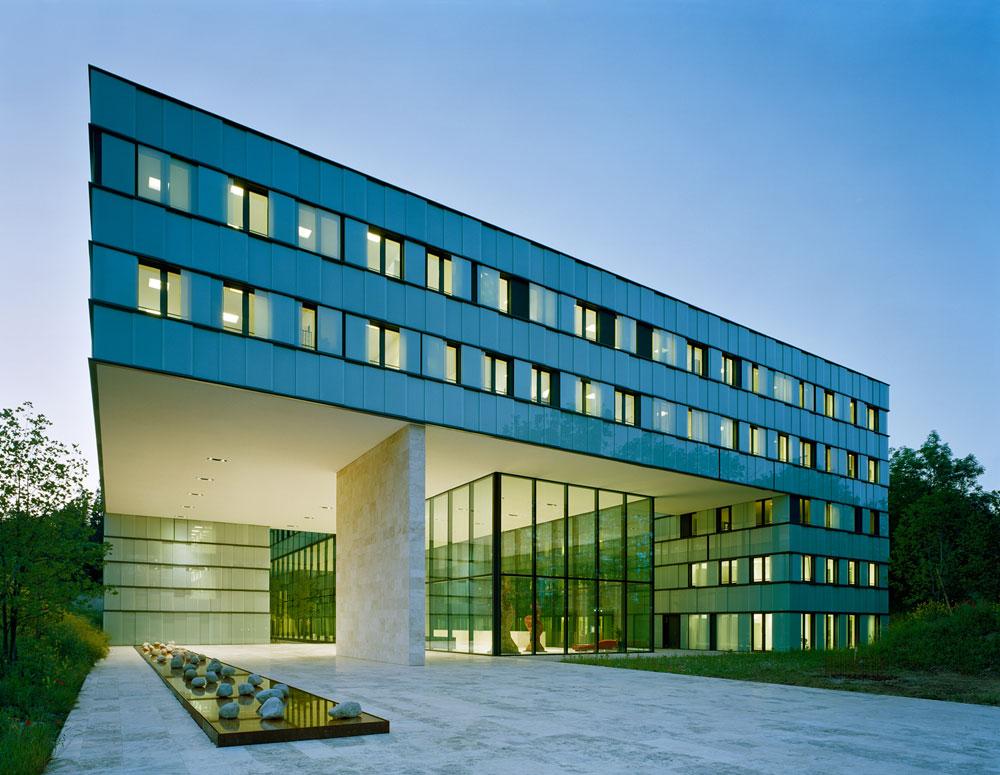 בניין מטה ''התוכנית למלחמה באיידס'' של האו''ם בז'נווה. הקומות המרחפות מעניקות כיכר נדיבה לעוברים ושבים מתחת, והחלוקה הפנימית מאפשרת לבחור: חלל פתוח או משרד קטן (באדיבות Baumschlager Eberle Wien ZT AG)