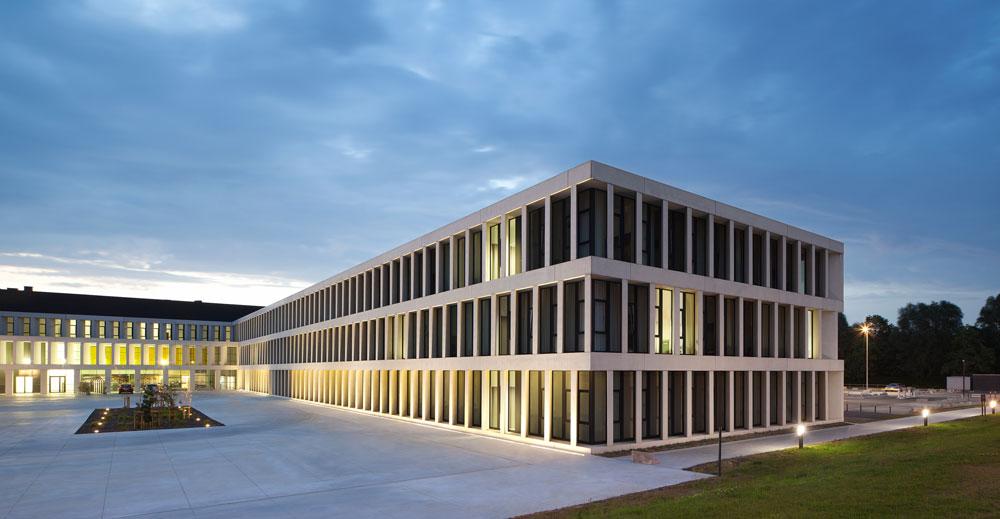 בית חולים בקורטרייק, בלגיה. אפשר להזיז בקלות את הקירות הפנימיים, ולכל קומה יש מערכות פנימיות שמאפשרות לה להחליף פונקציה בלי תלות בקומות האחרות (באדיבות Baumschlager Eberle Wien ZT AG)