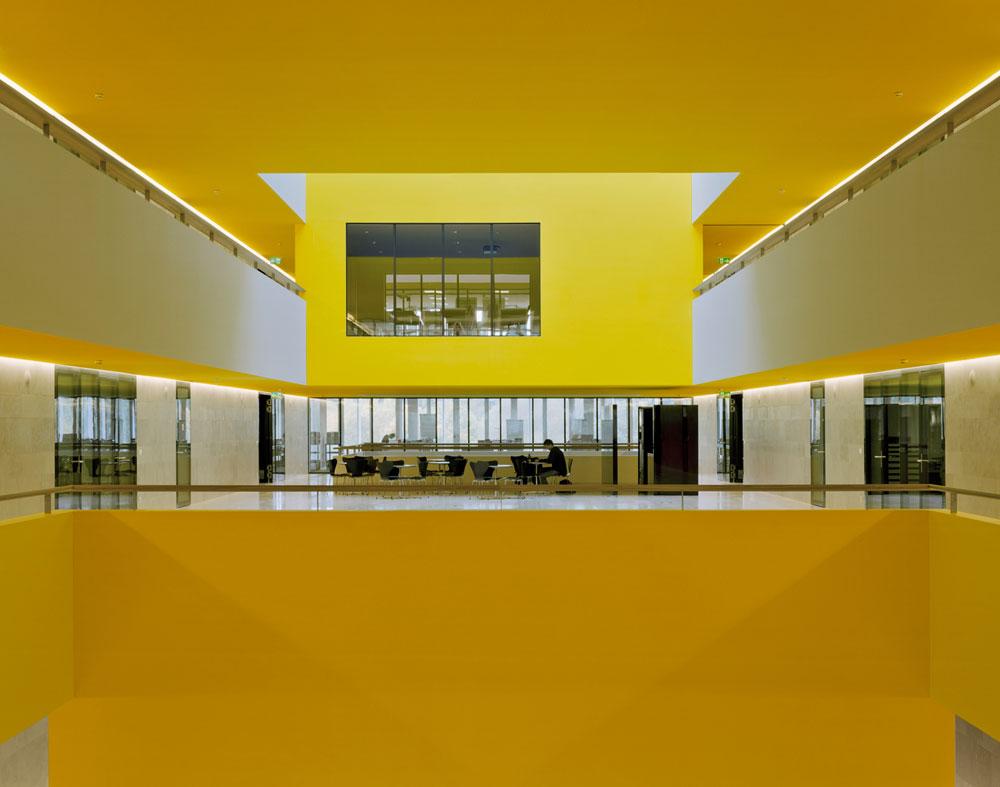 בניין המעבדות של מכון ETH, ציריך. פשוט לכאורה, מתוחכם למעשה בזכות חיסכון אנרגטי ומחשבה על מיקומי חללים עם חלון ובלי חלון (באדיבות Baumschlager Eberle Wien ZT AG)