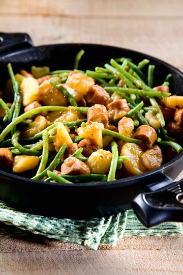קדרת נקניקיות ותפוחי אדמה (צילום: יוסי סליס, סגנון: נטשה חיימוביץ')