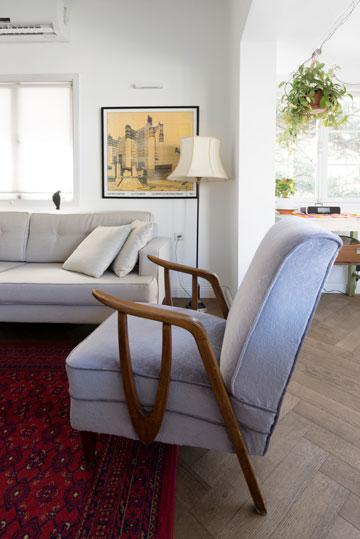 שילוב נעים של רהיטים ישנים, עציצים תלויים ואמנות על הקיר (צילום: גדעון לוין,181 מעלות )