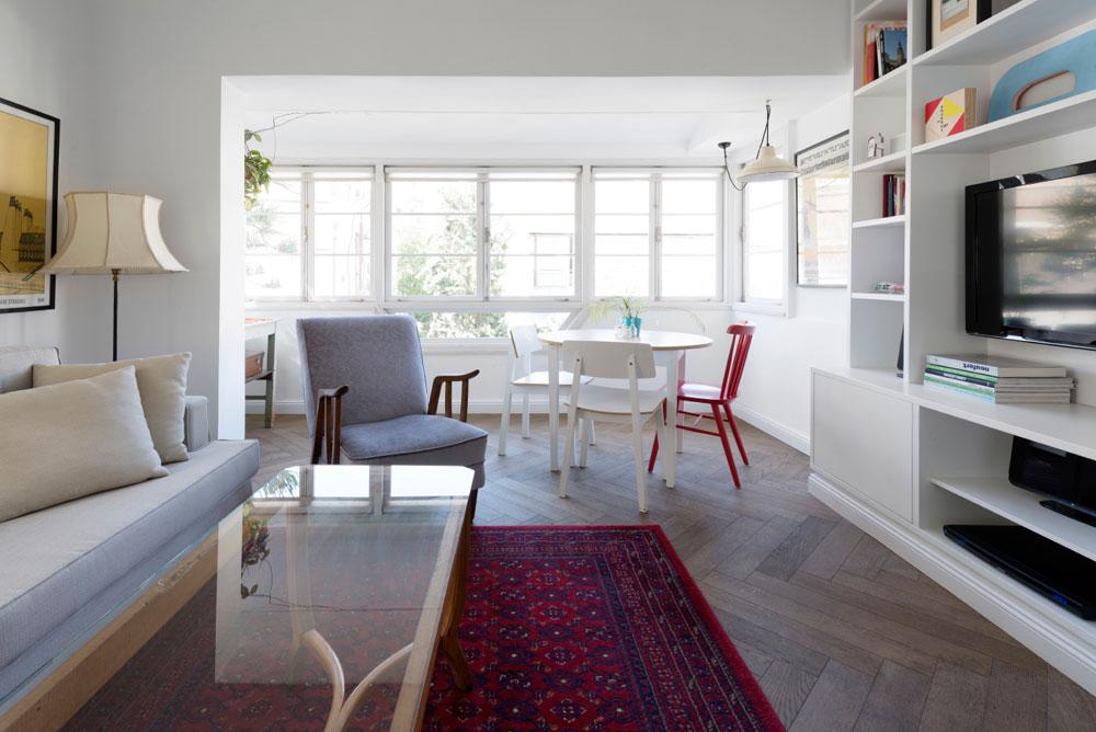 רהיטי הסלון הם שילוב נעים של אוסף פרטי, קניות בשוק הפשפשים והשלמות מאיקאה. לאורך הקיר נבנתה ''כוורת'' פתוחה בצבע הקיר, עם מדפים בגדלים שונים (צילום: גדעון לוין,181 מעלות )